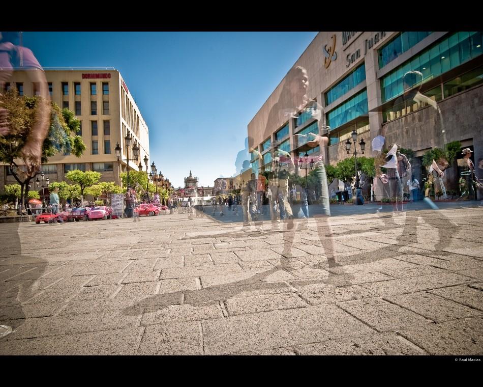 Caminantes en la Plaza Tapatia